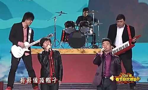 台上的郑钧穿着喜庆的红色底衫及黑色皮衣