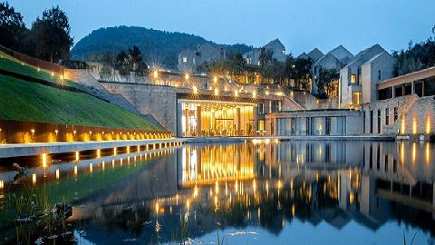 新酒店 | 刘家琨在南京四方美术馆内建了个单色酒店