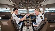 荷航女飞行员Marlies Beek:工作26年,曾与父亲并肩飞行